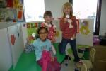 Eline en haar vriendinnen voor hun kraampje