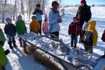 De kinderen bekijken onderweg allerlei geweien en botten