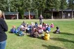 De kinderen luisteren naar een van de leiders